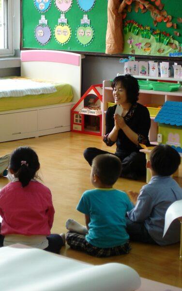 hình ảnh cô giáo và học sinh ngồi trong lớp