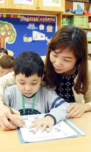 hình ảnh cô giáo và học sinh trong tiết học