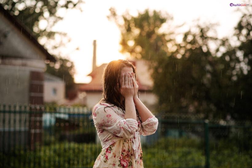 hình ảnh mưa rơi đẹp buồn cô đơn và cô gái