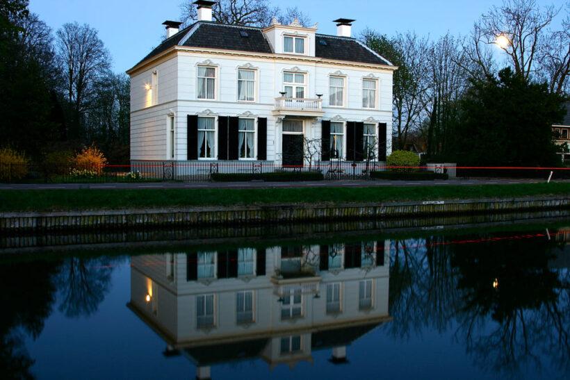 hình ảnh ngôi nhà biệt thự hướng nhìn ra hồ nước