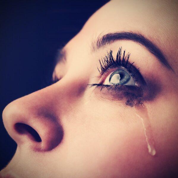 hình ảnh nước mắt rơi khi buồn