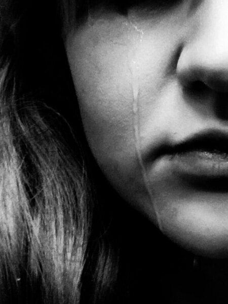 hình ảnh nước mắt rơi trắng đen