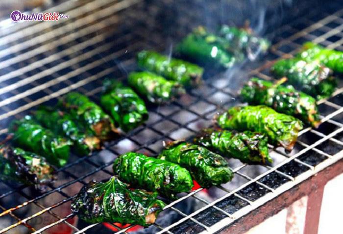 nướng thịt trâu ướp lá lốt trên than hoa