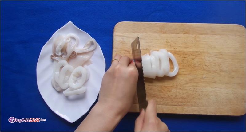 sơ chế mực chiên bơ tỏi