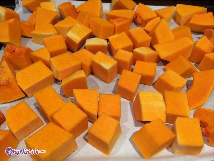 Sơ chế nấu canh bí đỏ đậu phộng