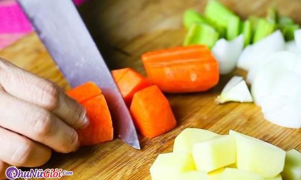 Sơ chế nguyên liệu nấu bò kho sốt vang