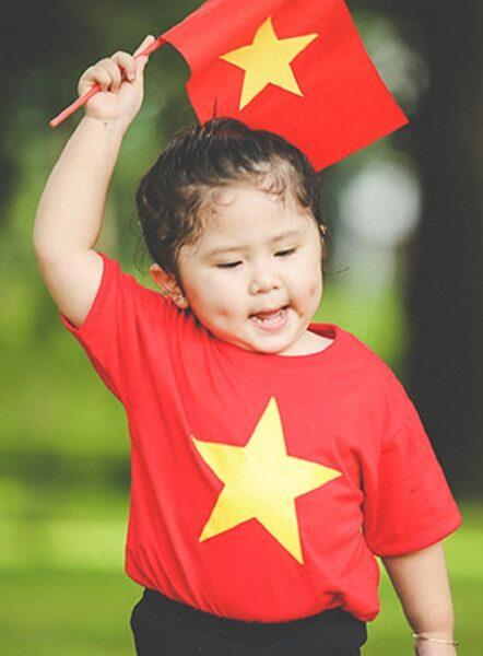 ảnh cờ đỏ sao vàng - bé gái cầm cờ