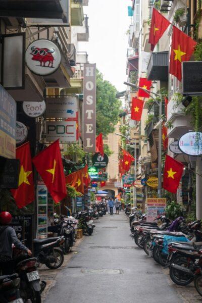 ảnh cờ đỏ sao vàng trên con phố