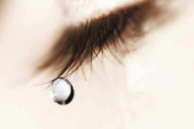 hình ảnh nước mắt rơi của con gái