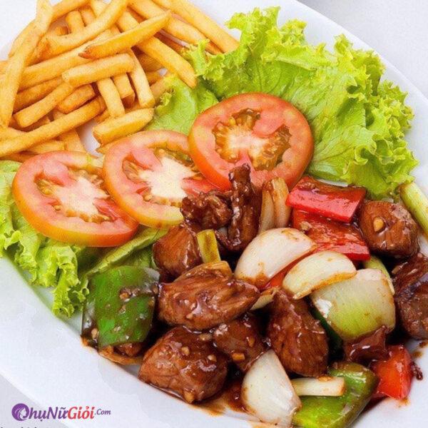 Khoai tây chiên ăn kèm với thịt bò lúc lắc