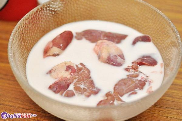 ngâm thịt heo với sữa