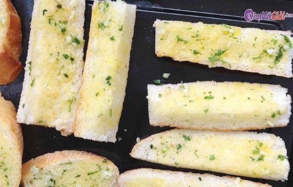 Phết bơ tỏi lên bánh mì để chiên