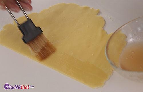 Quét hỗn hợp đường mật lên mặt bột