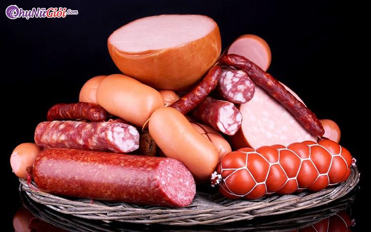 Xúc xích, thịt nguội, lạp xưởng là những món ăn có chứa muối diêm