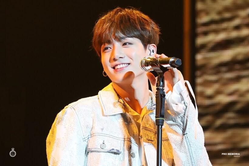 Hình ảnh Jung Kook đứng trên sân khấu