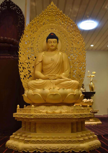 Hình ảnh tượng Phật A Di Đà làm bằng gỗ
